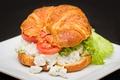Картинка бутерброд, помидор, салат, круассан
