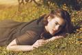 Картинка лето, трава, девушка, лицо, волосы, лежит, красотка